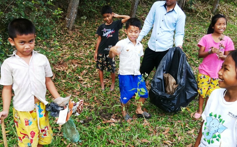 Kids_clean_up_environment_